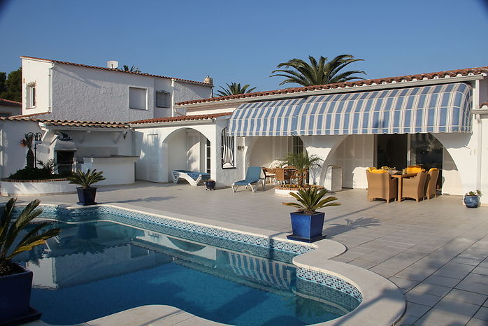 Attitude Services : luxury house with pool for sale in Empuriabrava