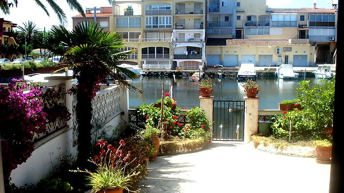 Attitude Services : apartment, for rent, in Empuriabrava ground floor with direct access canal