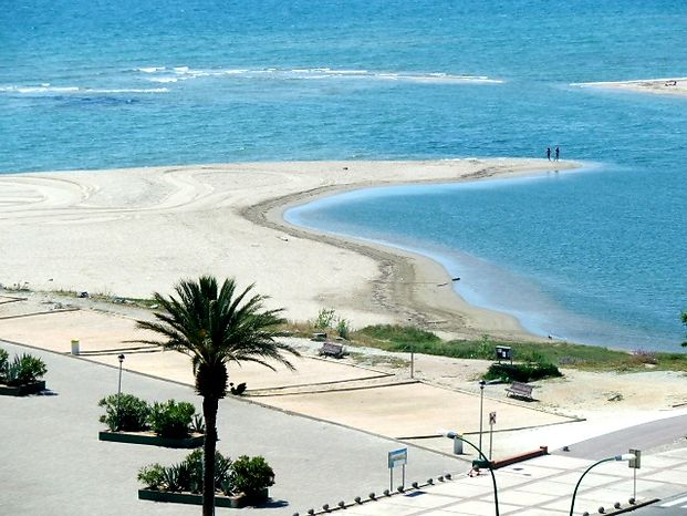 To rent luxury apartment in building Cristall Mar  at Empuriabrava for 6 persons with view on the sea and pool