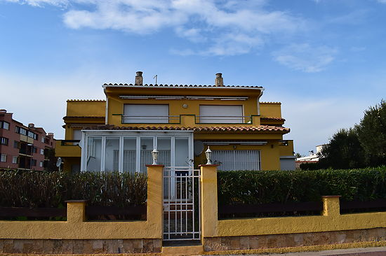 Empuriabrava, for rent, apartment with 2 bedrooms in first line of the beach