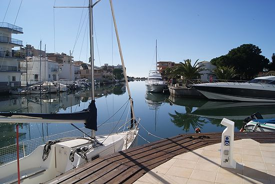 Apartment for sale in Roses with view on the canal with mooring and pool