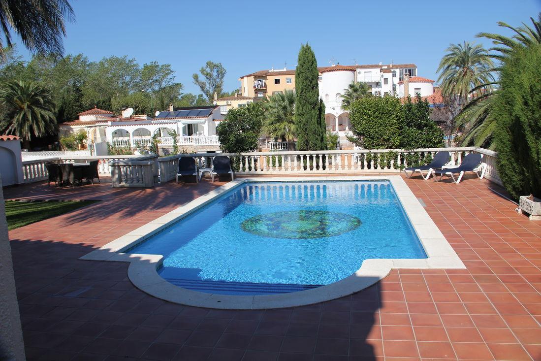 maison en location a empuriabrava avec piscine et amarre With location villa empuriabrava avec piscine