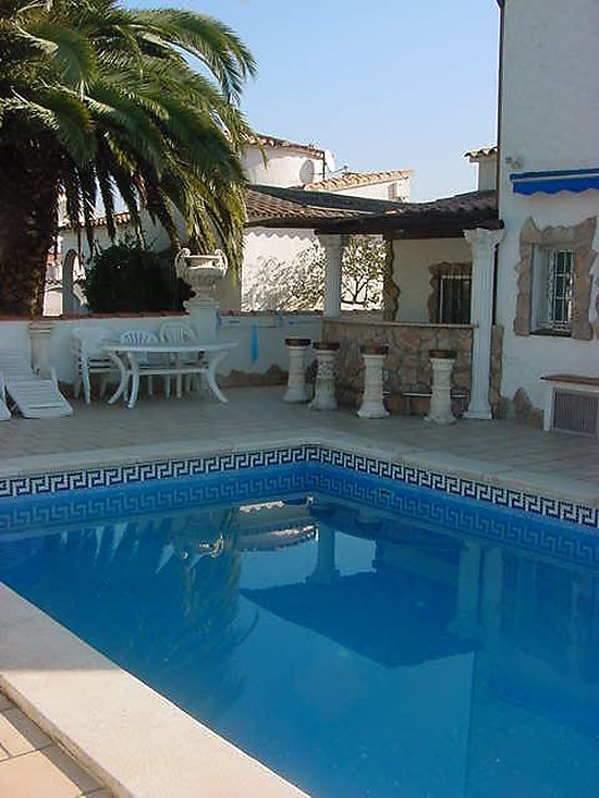 House for rent in Empuriabrava with private pool and mooring
