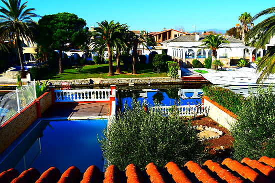Attitude Services : Empuriabrava, for rent, nice villa for 6 persons with private pool and mooring