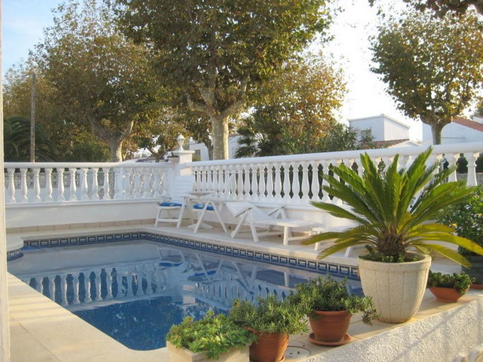 empuriabrava maison en vente avec jardin piscine et garage. Black Bedroom Furniture Sets. Home Design Ideas