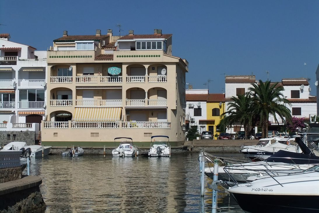 Empuriabrava en location appartement sur canal proche de for Appartement en location