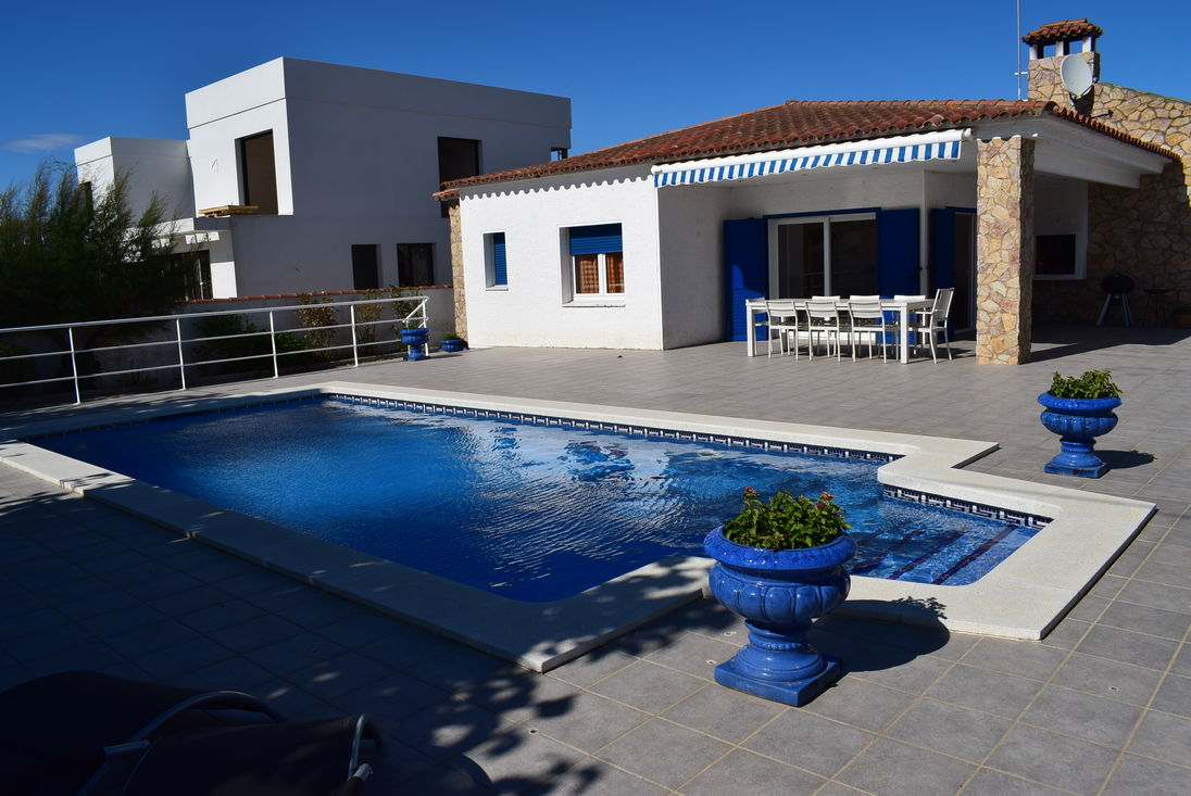 Captivating Empuriabrava, For Rent, House For 8 Persons With Private Pool Ref 332