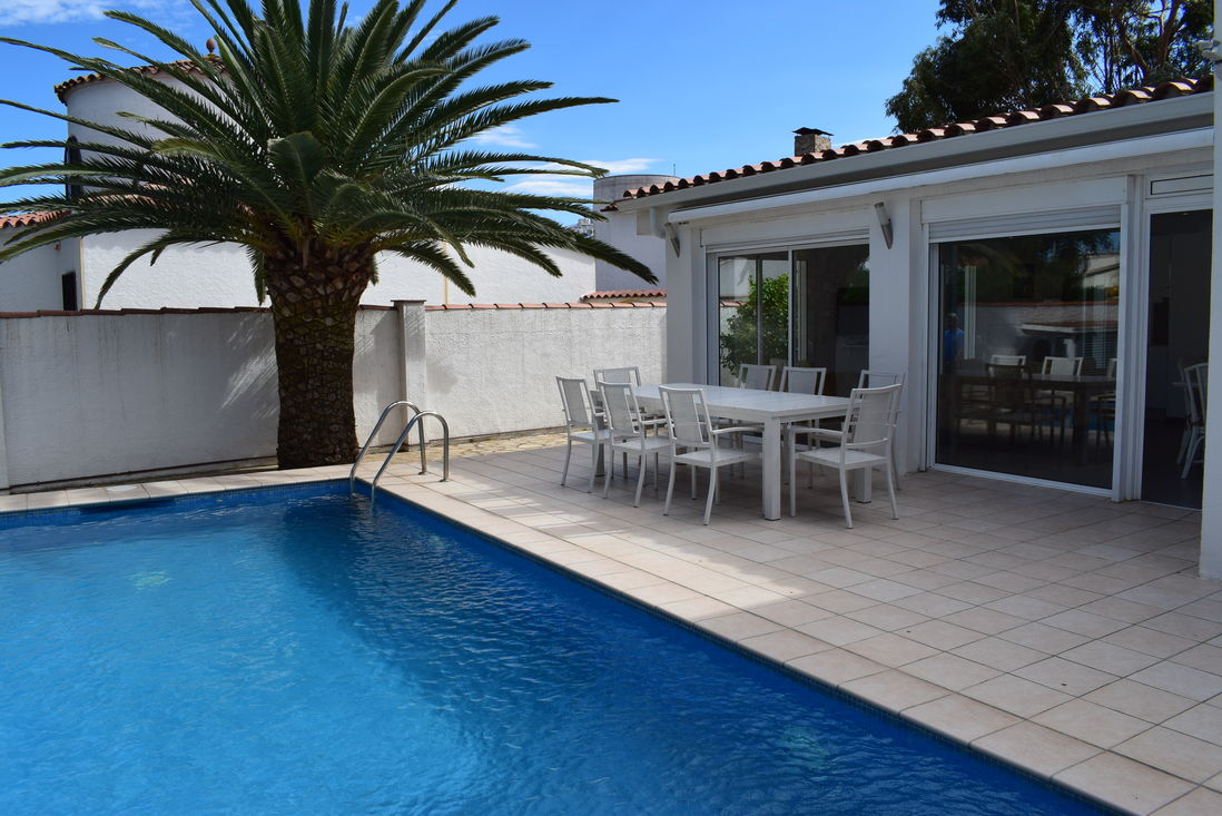 Empuriabrava, For Rent, House For 8 Persons With Pool Near Of Beach And  Center