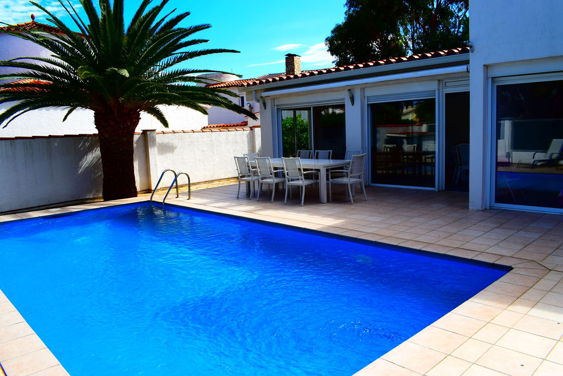 High Quality Empuriabrava, For Rent, House For 8 Persons With Pool Near Of Beach And  Center