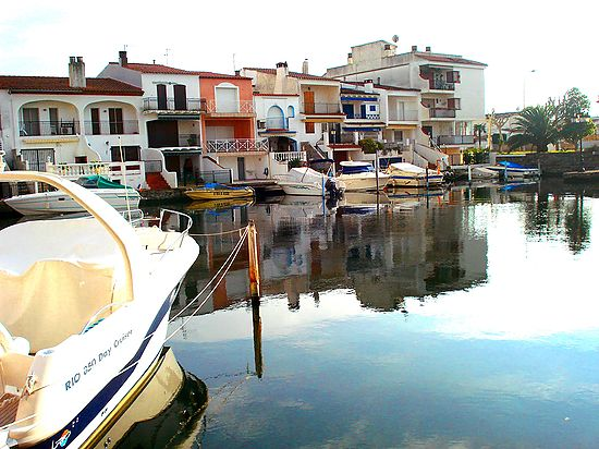 Empuriabrava, for sale, apartment with canal's view and garage