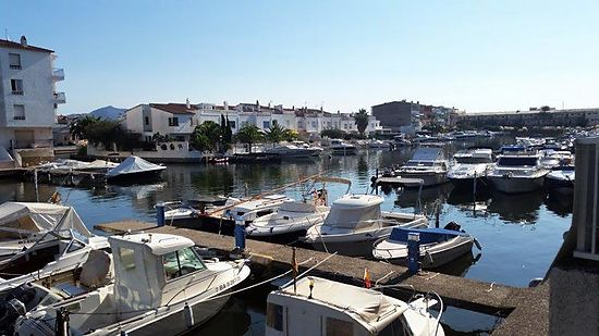 Empuriabrava, for sale, in Empuriabrava, apartment with 1 bedroom, canal view, private mooring and parking