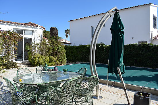 Empuriabrava, for sale, house on ground floor, with 2 bedrooms, private pool and large garden