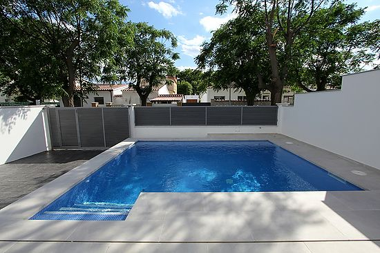 Empuriabrava, very up to date house for rent  with private pool, for 6 persons, wifi and parking