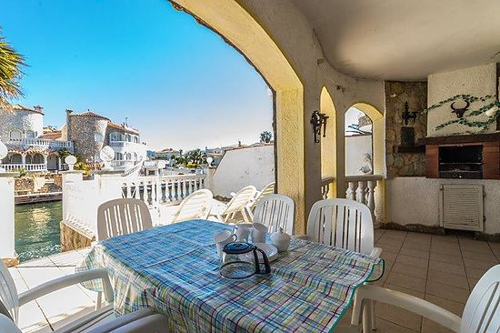 Empuriabrava, for rent, house with 3 bedrooms, 2 bathrooms, several terraces with view on the canal, comunity pool, clima,  and private mooring of 6m