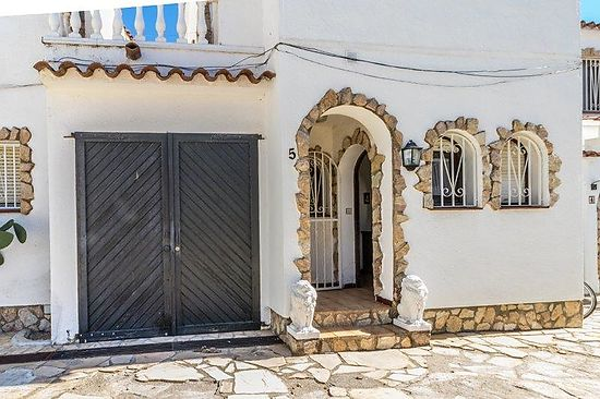 Empuriabrava, for sale, house with 3 bedrooms, 2 bathrooms, several terraces with view on the canal, comunity pool, clima,  and private mooring of 6m