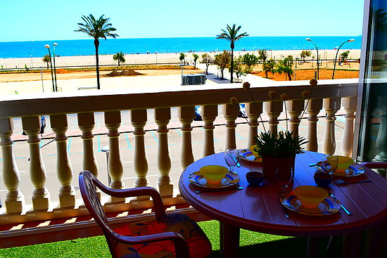 Empuriabrava, apartment for 6 persons in first line of the beach, in the center, private parking place and community pools
