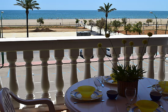 Empuriabrava, for rent, apartment 6 persons in first line of the beach, very closed of the center,  with private parking and comunity pools by payment