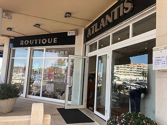 Empuriabrava, business local,  for sale in the Club Nautic area, actually open like a clothes shop