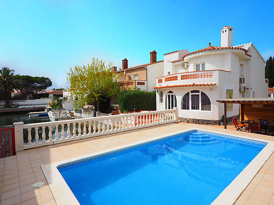 Empuriabrava, house for rent, for 8 persons, with private moorings, pool, garage and wifi at 800 m from beach