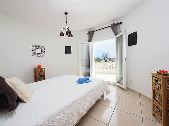 Empuriabrava, en location, villa sur le canal, avec 2 amarres privées, piscine, 4 chambres, 2 salles de bain, garage et parking, air conditionné, wifi