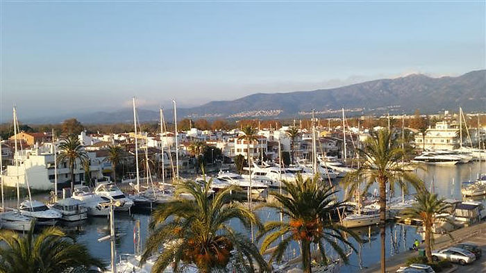 Attitude Services : for rent en Empuriabrava charming studio with view on the nautic Harbour, marina and sea