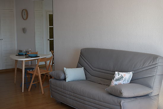 Empuriabrava for rent, large and bright studio  for 3 persons with magnificient view on the Marina and on the sea