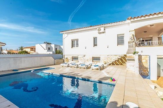 Empuriabrava, house for rent for 10 persons with private pool, at 10 mnts from beach