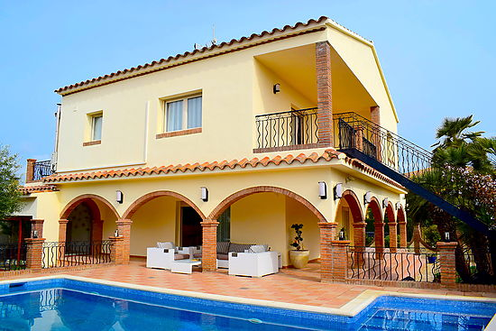 Empuriabrava, spectacular house, for rent, 4 bedrooms, private pool, close to the beach and shops