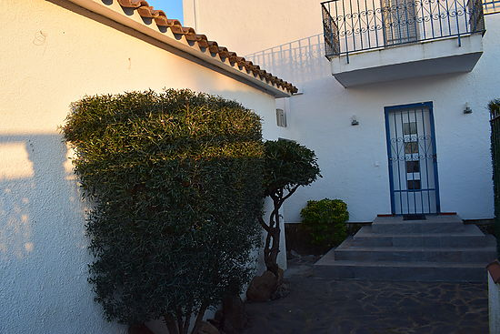 Empuriabrava , for sale, fisher house, 3 bedrooms, mooring, garage, and garden, view o the canal