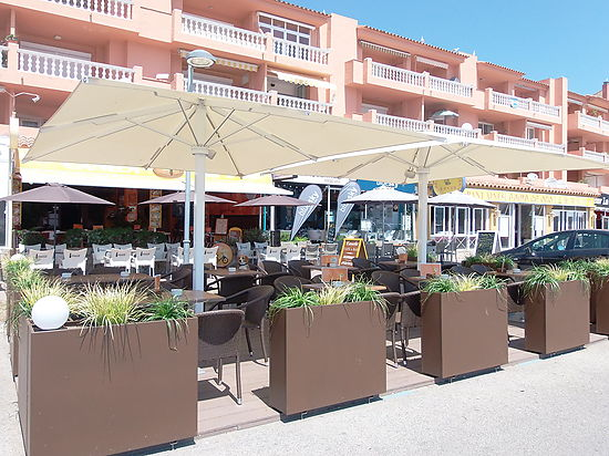 Empuriabrava, for sale handover, bar in full operational in first line of the sea in the seafront promenade
