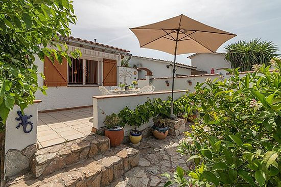 Empuriabrava, for sale, house with 2 bedrooms, living room, americain kitchen, bathroom,  mezzanine floor of 8 m2 and plot of 215 m2 and terrace