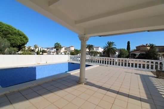 Empuriabrava, house for sale, main canal with 2 bedrooms, garage, private mooring of 13m and pool