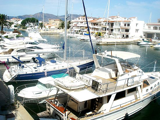 Empuriabrava, for sale, apartment with 2 bedrooms, with view on the canal, near of beach and shops